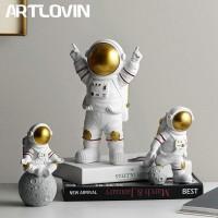 Harz Astronaut Figuren Mode Raumfahrer Mit Mond Skulptur Dekorative Miniaturen Cosmonaut Statuen Geschenk Für Mann & Freund Statuen & Skulpturen